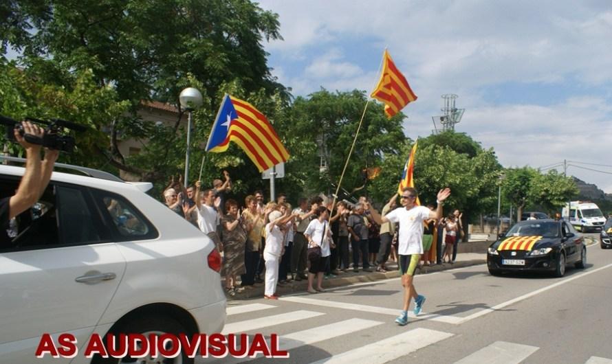 La Flama del Canigó arriba a Castellbell i el Vilar amb ambient festiu