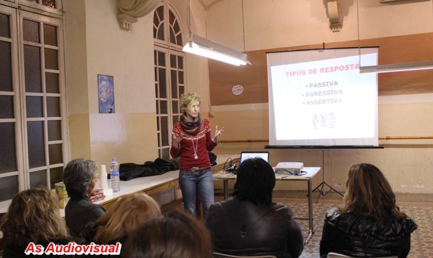 Una vintena de dones asssteixen al taller de Psicodefensa personal bàsica
