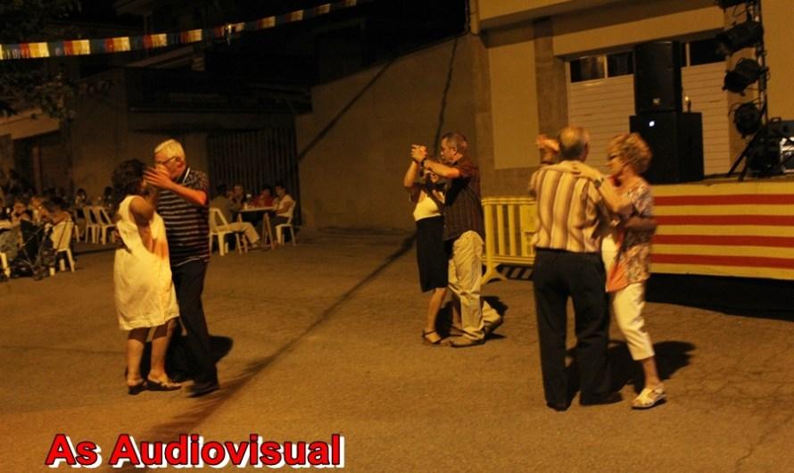 Prop de dos cents veïns del Barri Sellarés de Castellbell i el Vilar participen al sopar i ball de Festa .