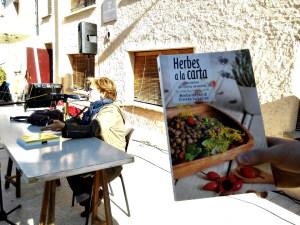 La periodista del Brogit Montsrrat Enrich presentant el seu llibre