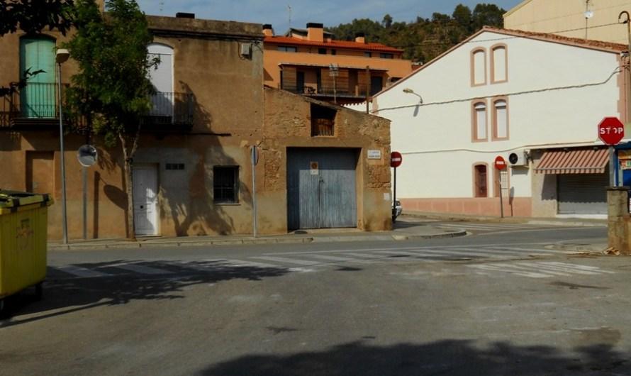 Retiren de manera definitiva les tanques de ciment de l'entrada a l'antiga fàbrica Torcidos.