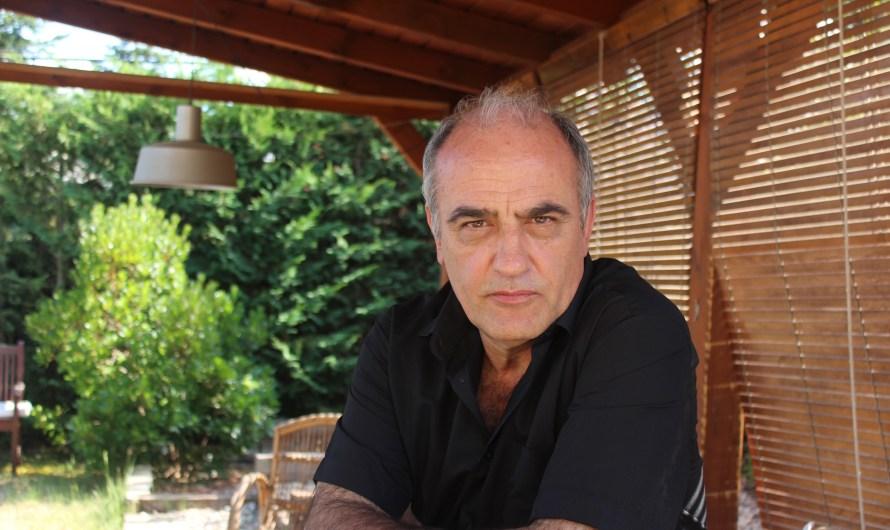 """Entrevista a: FRANCESC ORELLA. Actor i protagonista de la sèrie Merlí de TV3 """"Podem ser encantadors i alhora tenir debilitats, com en Merlí"""""""