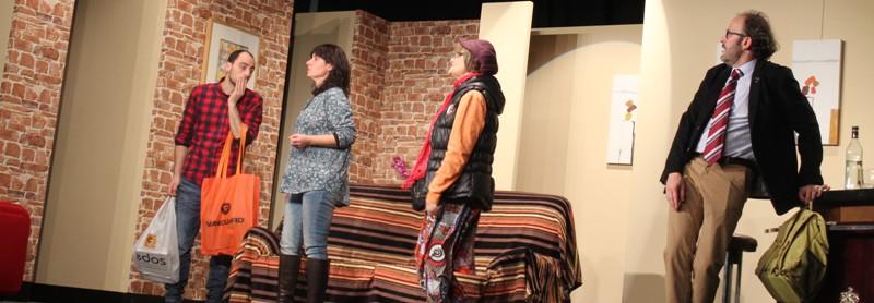 L'esborrajada obra teatral «No et vesteixis per sopar» del grup de teatre «L'espantall» de Manresa fa riure al públic de Castellbell i el Vilar