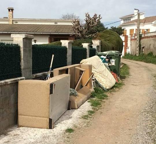 La Brigada municipal de l'Ajuntament de Castellbell i el Vilar,retira material mobiliari que deixen els incívics.