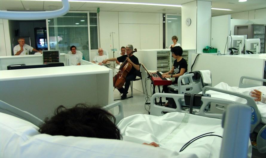 El violoncel•lista Peter Thiemann acosta la música als pacients de la Fundació Althaia de Manresa