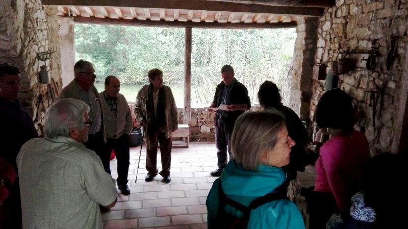 Prop d'un centenar de veïns de Castellbell i el Vilar visiten el molí de l'alzina.