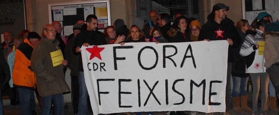 Un centenar de persones es concentren davant de l'Ajuntament de Castellbell i el Vilar per demanar PROU als atacs feixistes.
