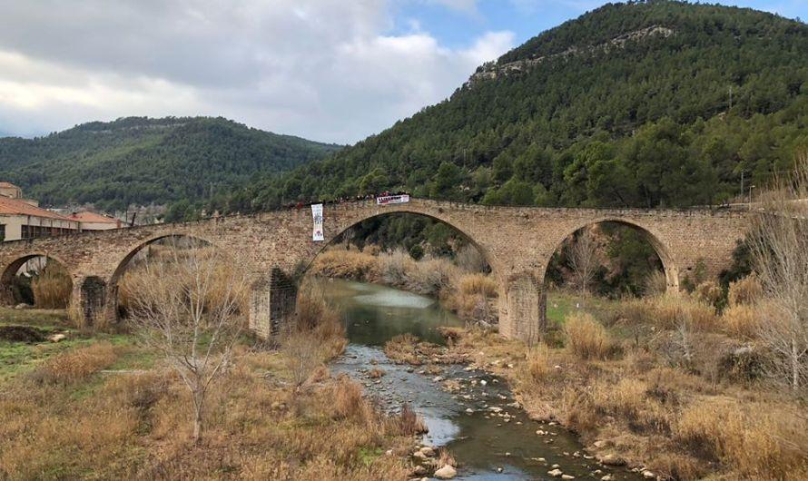 El CDR de Castellbell i el Vilar tenyeix de groc la plaça Esteve Biosca.