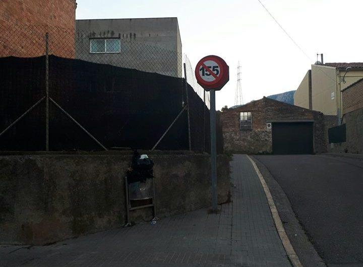 Pinten un senyal de trànsit amb el 155, a Castellbell i el Vilar.