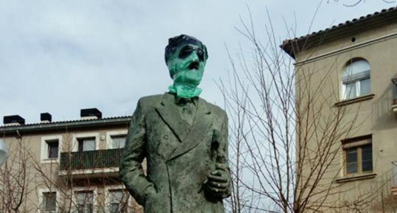 Uns desconeguts disfressen Franco a l'estàtua del President Companys a Castellbell i el Vilar