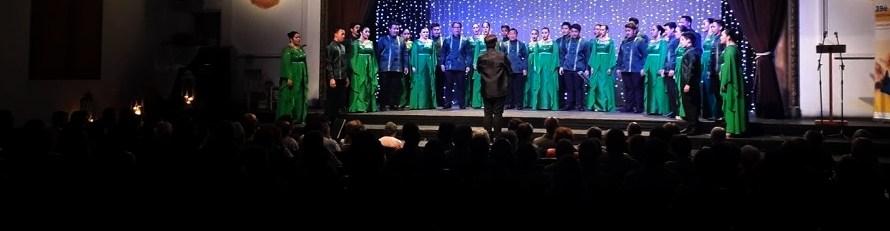El cor Universitari de Santo Tomàs de Manila posa un excel·lent al concert al Burés