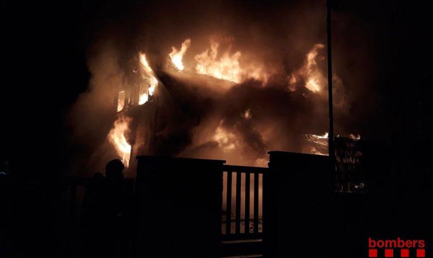 Un incendi crema totalment un xalet a Castellnou de Bages