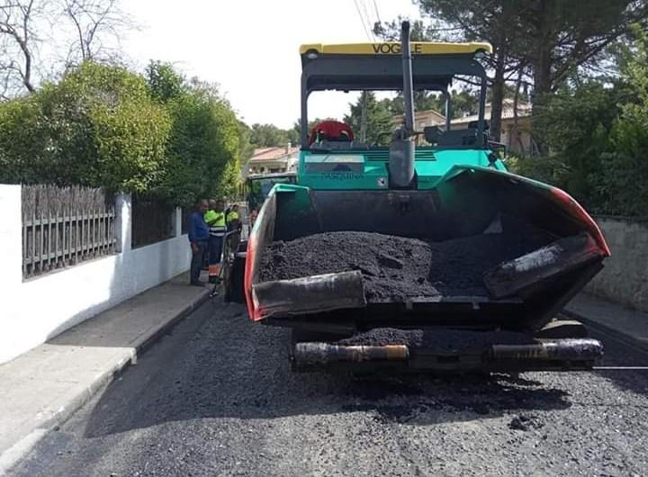 Asfalten parcialment un sector de Mas Enric-Can Prat, a Castellbell i el Vilar.