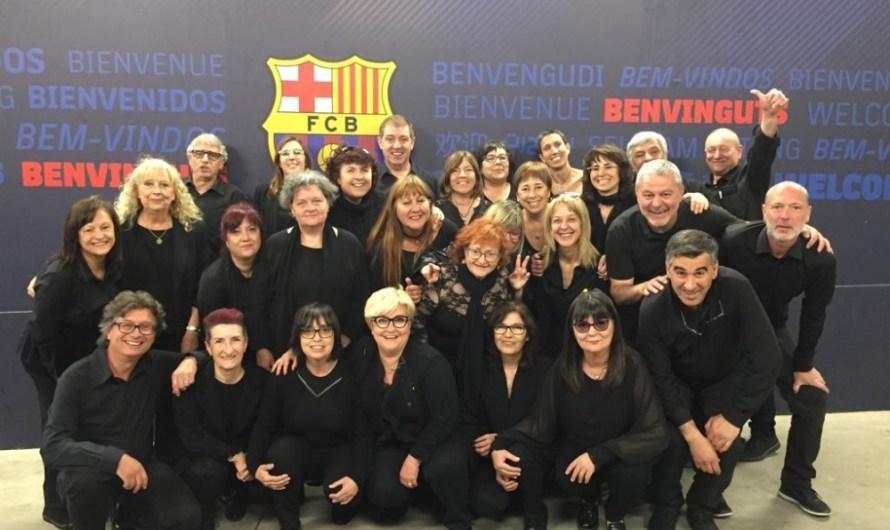 La Capella de Música Burés canta l'himne nacional de Catalunya al Camp Nou.