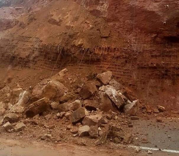Tallada la carretera de Castellbell a Monistrol per una esllavissada