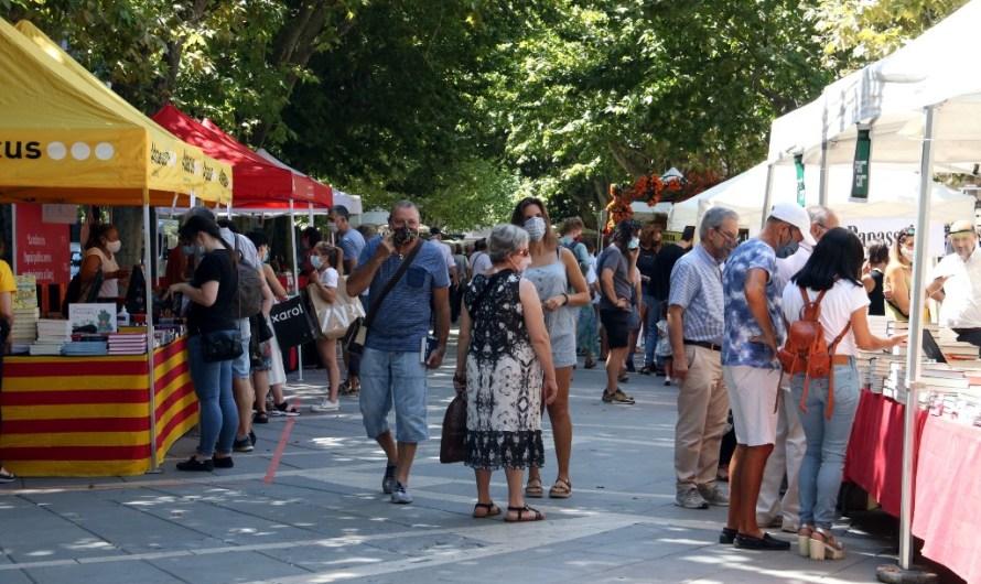 El públic de Manresa respon a la crida del Sant Jordi d'estiu i surt al carrer per comprar llibres i roses