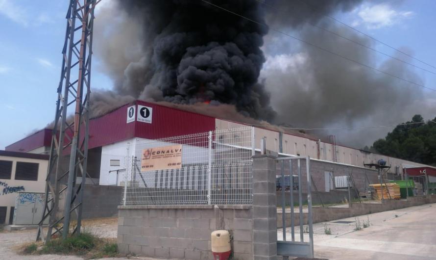 Controlat el foc que ha cremat la nau industrial Bo de Debò a Sant Vicenç de Castellet