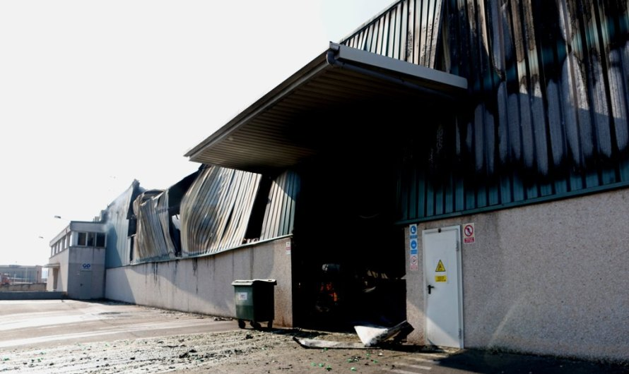Els Bombers segueixen intentant extingir el foc que ha cremat dues naus a Sant Fruitós de Bages