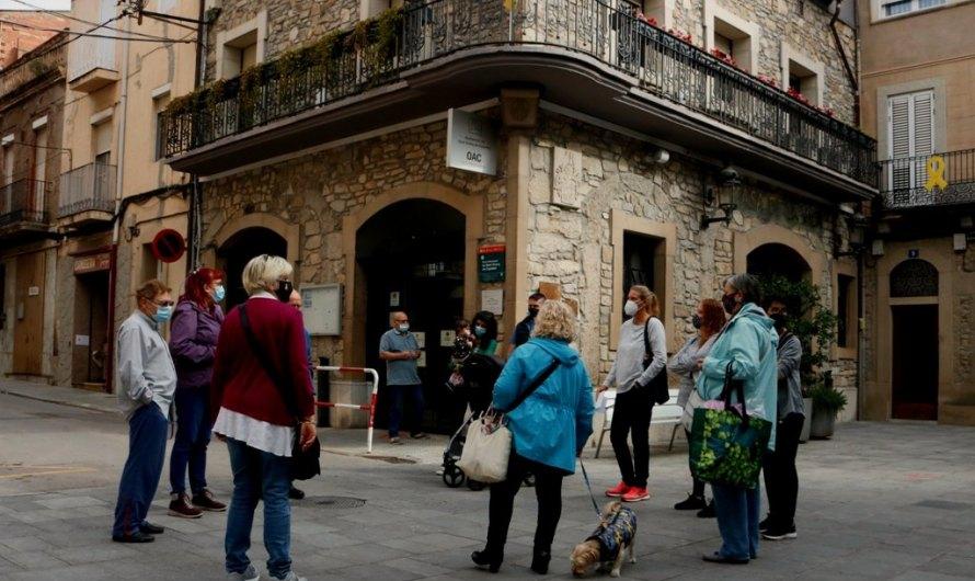 """Entreguen 1.800 signatures a l'Ajuntament de Sant Vicenç de Castellet exigint """"solucions immediates"""" a les ocupacions"""