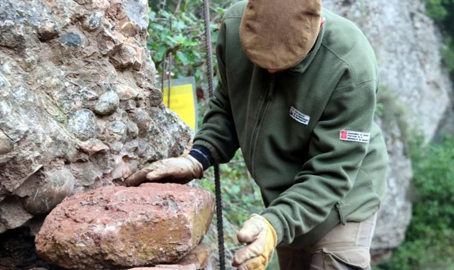 Montserrat lluita contra l'erosió de la muntanya amb murs de pedra seca