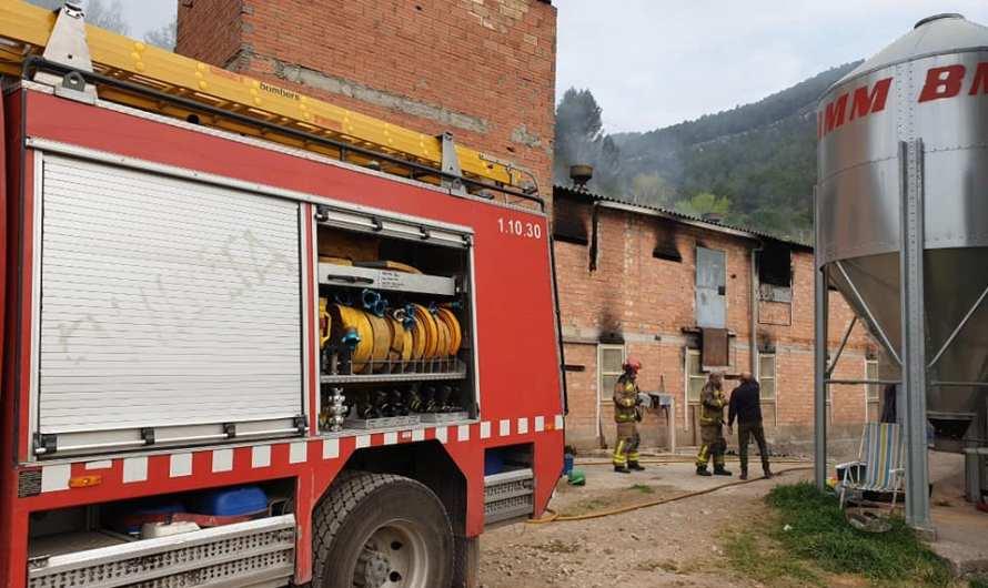 Greu incendi en una granja al Burés