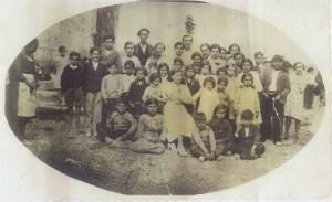 Año 1935-36. Alumnos y vecinos de Cauvaca, con su maestra, Doña Norberta.
