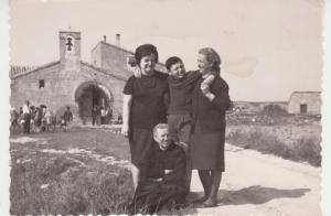 Sobre 1960. María Gascón, Paco Zaporta, Adela Palacios y Dolores Ráfales, en un día de San Bartolomé, delante de la ermita.