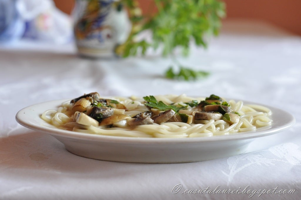 Linguine cu sos de ciuperci