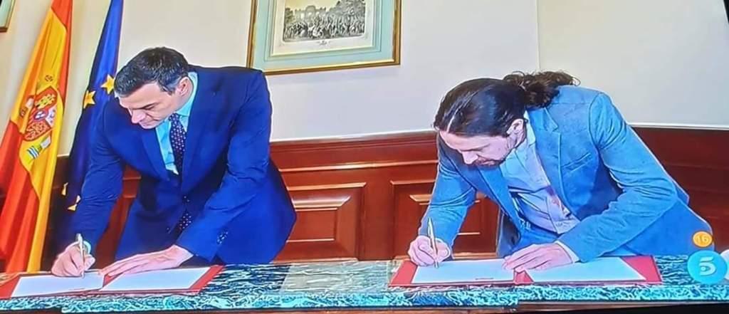 بيدرو سانشيز وبابلو إغليسياس يوقعان الاتفاق المسبق حول حكومة مستقبلية.
