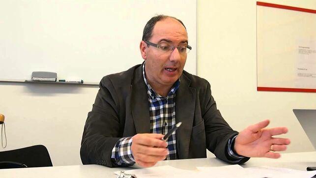 وفاة الصحفي دافيد كامينادا بعد طعنه في ساحة سان جاوما ببرشلونة.