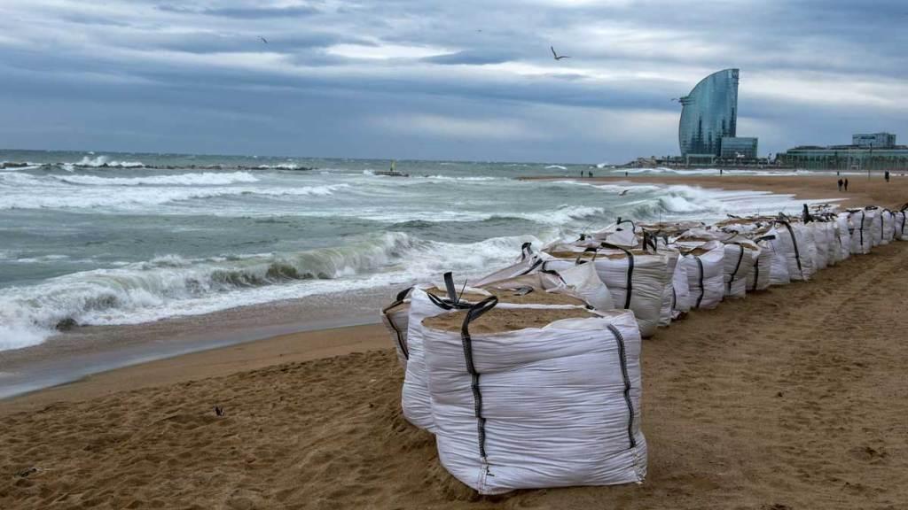 اشتداد العاصفة على مدى ساعات الليل بإسبانيا واستمرارها حتى الإربعاء..