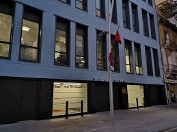 القنصلية العامة للمملكة المغربية ببرشلونة تنخرط في العمل الميداني بعد تفشي كوفيد19.