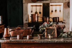 Kupfer Artikel in einer Küche