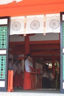 miko. salah satu rangkaian upacara dalam kuil.