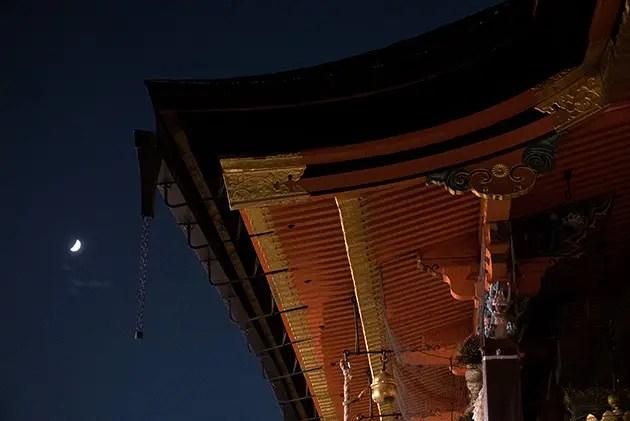八坂神社の舞殿の修復工事が終わってたが想像以上に凄い