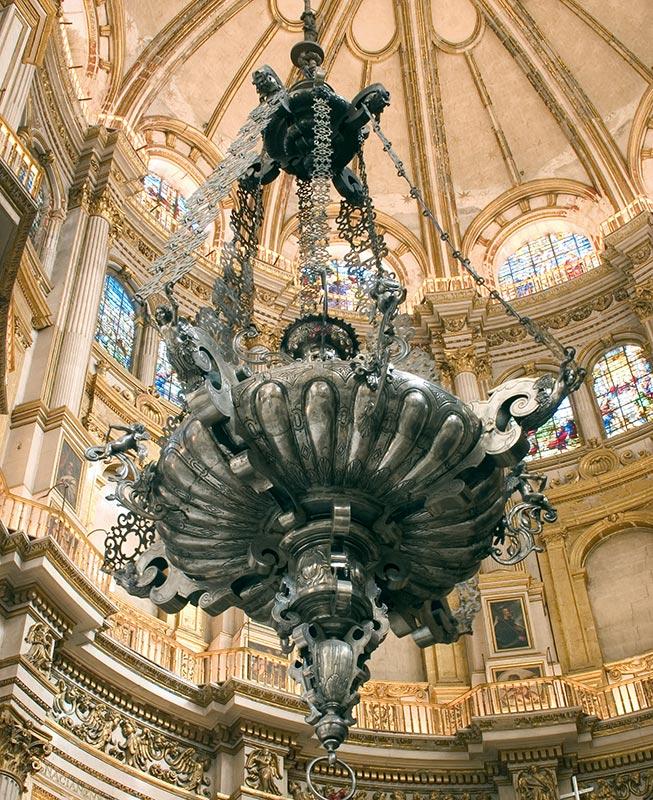 SIGLO XVII: LÁMPARA DE LA CAPILLA MAYOR Diseñador: Alonso Cano. Platero: Diego Cervantes