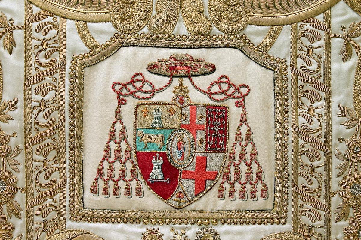 SIGLO XX: CASULLA DE RASO BLANCO Delantero: Escudo del cardenal Casanova