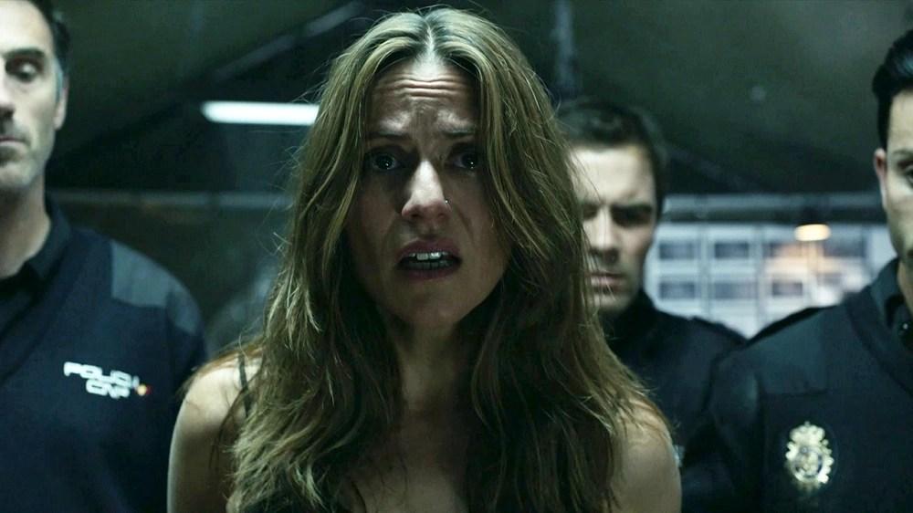 Raquel é ameaçada pela polícia. | Foto: Reprodução.