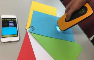 Smartphone d'1 usuari mostra el color detectat paper BOX