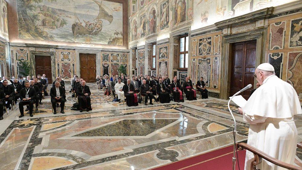 Papa Francisco: «El corazón de la catequesis es que Jesús te ama y no te abandona»