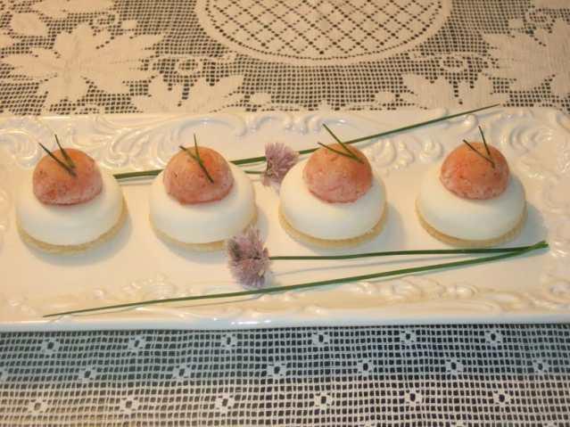 Piccoli savarin di panna acida con tartare di salmone affumicato al Pernod