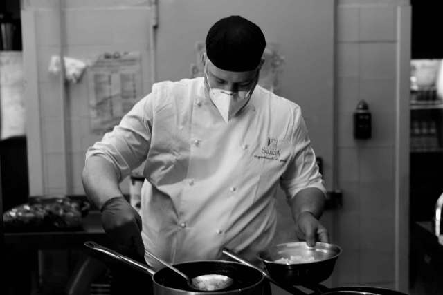 chef Marco Fossati in mascherina e guanti