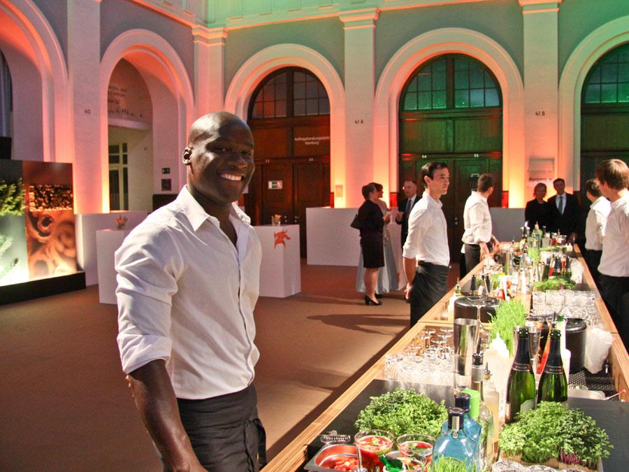 Aroma-Bar mit Cocktails beim Hamburger Catering, verfeinert mit den Produkten des Kunden