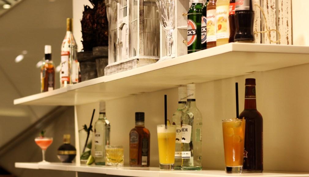 Die Back Bar ist mit Cocktails und Zutaten dekoriert.