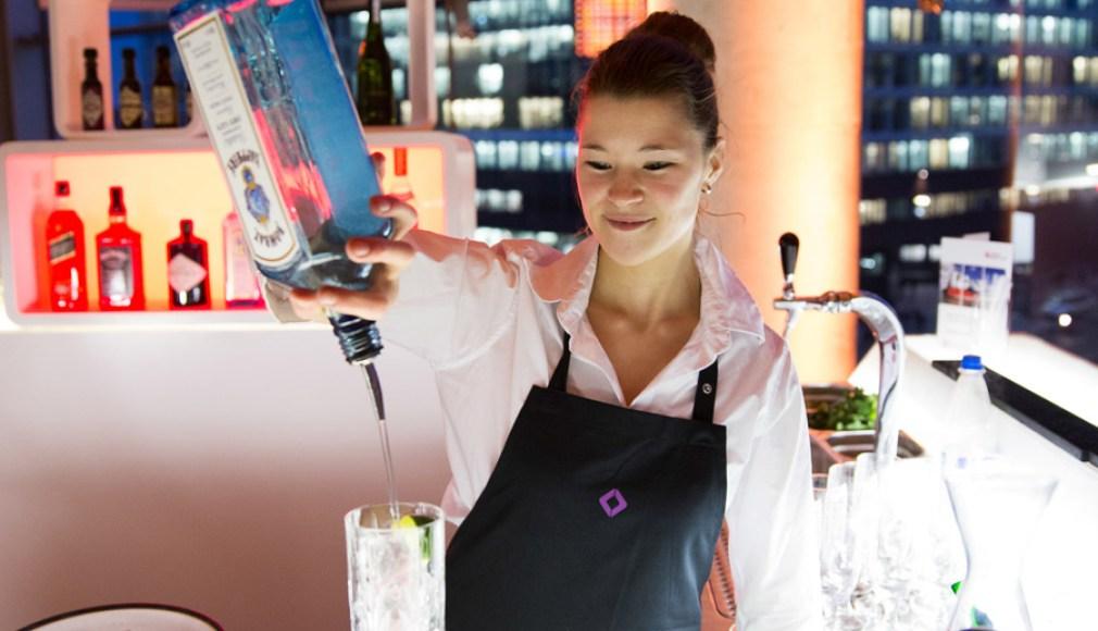 Bartenderin an der Gin-Tonic Bar zum Kundenevent.
