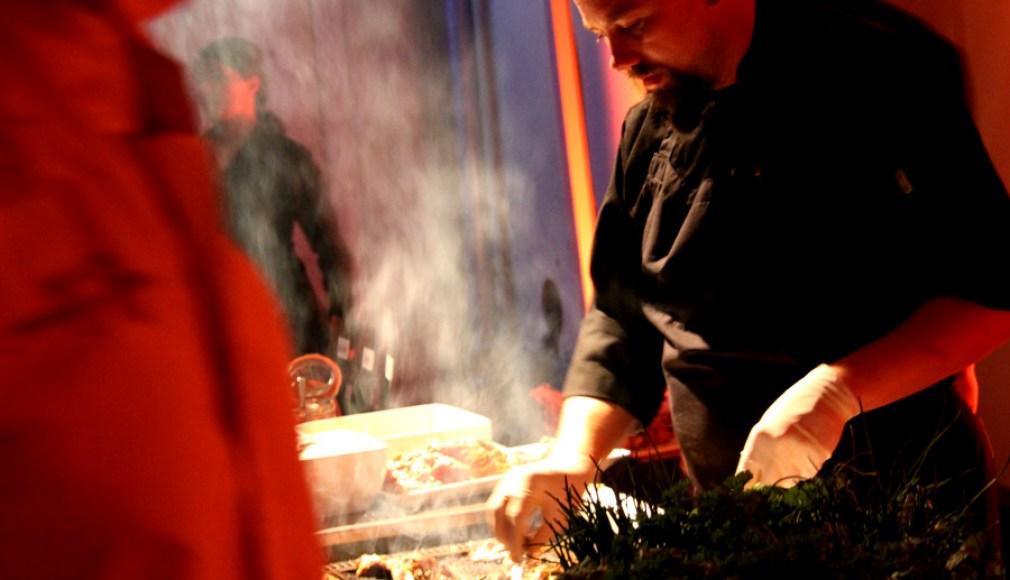 Grillmeister an den Turntables - BBQ Catering zur Roadshow.