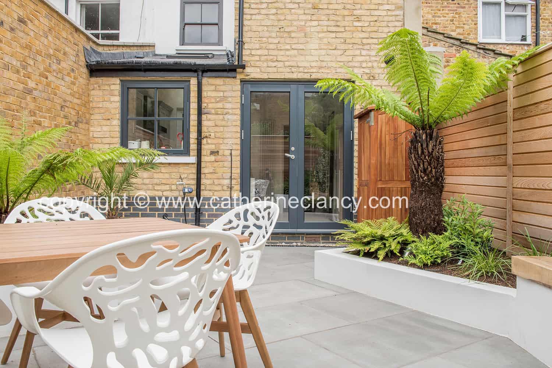 contemporary fern and cedar fence garden (4)