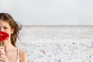 Ambivalence, de l'artiste Catherine Rondeau. Photomontage surréaliste inspiré de l'adolescence féminine. Évocation de la transition fille-femme dans un étrange univers hivernal onirique.