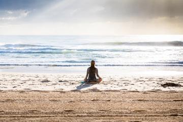 fille méditation sur la plage calme