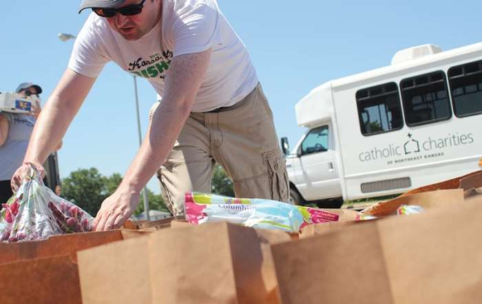 image of volunteer distributing food